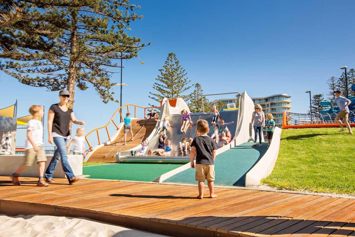 【儿童空间设计】澳大利亚格莱内尔格前滩游乐场设计 亚格莱内尔格前滩游乐场将海滩之旅改造成一场冒险之旅,以新型、富于想象力和创新的方法游乐孩子们。该游乐场为了改善自然游乐场以及危机-效益原则,将有身体、感觉、认知和智力残疾的儿童融入进来。该游乐场展现出一个新标准;创意性游乐体验激活了格莱内尔格前滩,建造出一个孩子们和成人都能游玩、社交、与海岸联系的区域。该游乐场的设计方案借鉴了周围的景观环境以及格莱内尔格前滩的历史和文化。土丘和预制混凝土墙展现波浪和沙丘结构,其中4米宽滑梯和高架木制平台进一步增强了这一形象