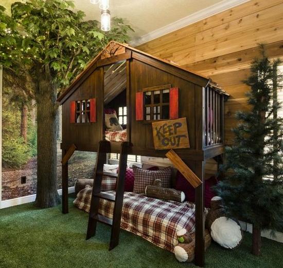 森林风格的设计,一张铺满房间的绿色地毯,小木屋的床位设计,下方为
