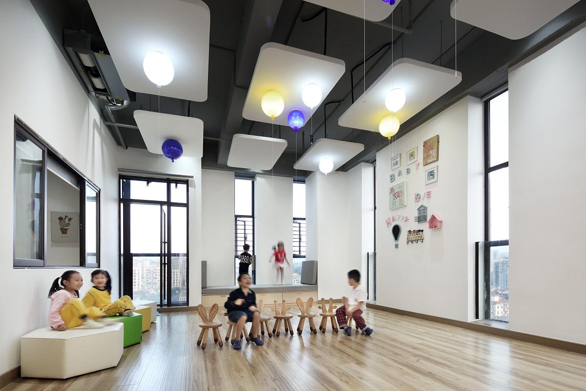 幼儿园、早教机构是宝宝学习的地方,家长对宝宝的学习的环境可谓是挑剔至极!一个机构的好坏,门面也是一部分,和自然人的形象一样,幼儿园及早教中心的初步发展,装修好坏是关键的一步。早教市场很火热,但是很多人不知早教中心如何装修。为此,集合幼儿设计就幼儿园装修及早教中心如何装修简单的和大家做一下分享。  第一,幼儿园及早教中心的装潢原则是:保障安全,无污染、无燥音、适合宝宝活动。亲子教室,在效果上达到可爱、温馨、童趣、简洁、安全、富有亲和力的整体定位要求。 门面形象。门面是留给家长和孩子的第一印象,在一定程度上会