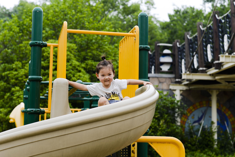 幼儿园孩子们玩儿童滑梯有什么好处?